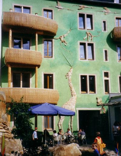 """Fassaden- und Brunnengestaltung """"Hof der Tiere"""""""
